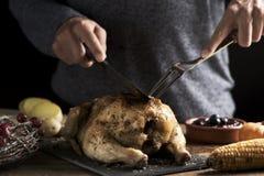 雕刻烘烤火鸡的年轻人 免版税库存图片