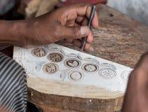 雕刻纺织品木刻版印刷的一个木打印块 免版税图库摄影