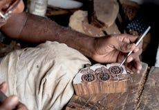 雕刻纺织品木刻版印刷的一个木打印块 免版税库存照片