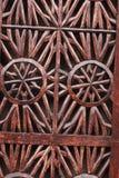 雕刻艺术的一个美好的木门的细节 一种伊斯兰教的艺术和工艺 免版税库存图片