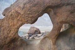 雕刻象心脏的自然岩石 免版税库存图片