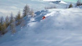 雕刻通过厚实的新鲜的粉末雪的慢动作滑雪者 山的滑雪者 新鲜的粉末雪 E 雕刻的滑雪  影视素材