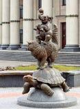 雕刻`猫、草龟和大象变戏法者`,米斯克,白俄罗斯 免版税库存图片