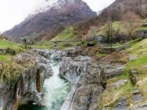 雕刻ist方式的山河的意想不到的看法通过一个狂放的山谷的一道狂放的岩石峡谷 图库摄影