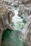雕刻ist方式的山河的意想不到的看法通过一道狂放的岩石峡谷 免版税库存图片