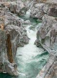 雕刻ist方式的山河的意想不到的看法通过一道狂放的岩石峡谷 免版税图库摄影