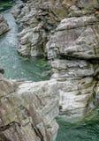 雕刻ist方式的山河的意想不到的看法通过一道狂放的岩石峡谷 免版税库存照片