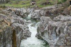 雕刻ist方式的山河的意想不到的看法通过一道狂放的岩石峡谷 库存照片