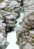 雕刻ist方式的Maggia河的意想不到的看法通过一道狂放的岩石峡谷 库存图片