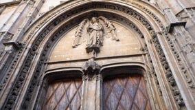 雕塑和古董艺术性的安心在门 股票 中世纪欧洲的视域和纪念碑 与大的入口 图库摄影