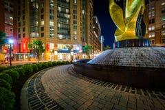雕塑和喷泉在晚上在东部的港口,巴尔的摩, Maryl 库存照片