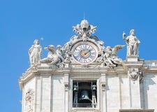 雕塑和时钟在梵蒂冈门面运作 梵蒂冈 罗马 意大利 免版税库存照片