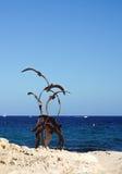 雕塑和海洋天际moraira西班牙 免版税图库摄影