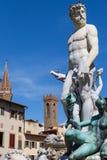 雕塑在佛罗伦萨,老房子和明白蓝天背景的  库存图片