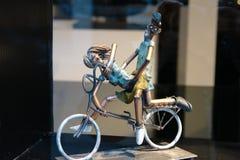 雕塑在咖啡馆窗口里,在阿姆斯特丹 免版税库存图片