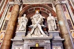雕塑在圣皮特圣徒・彼得的大教堂在显示耶稣,圣徒的罗马 图库摄影