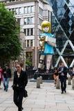 雕塑在城市达米恩・赫斯特2015年伦敦艺术设施题为Charit 免版税图库摄影