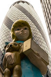 雕塑在城市达米恩・赫斯特2015年伦敦艺术设施题为Charit 免版税库存照片