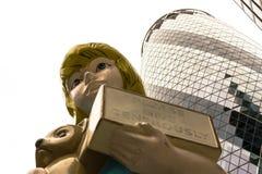 雕塑在城市达米恩・赫斯特2015年伦敦艺术设施题为Charit 图库摄影