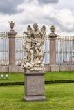 雕塑在夏天庭院里在圣彼德堡 免版税库存图片