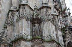 雕塑在大教堂里 图库摄影