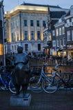 雕塑在晚上在荷兰乌得勒支一个非常美丽的荷兰城市 免版税库存照片