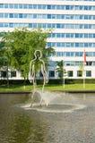雕塑在池塘 库存照片