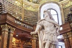 雕塑在状态霍尔图书馆里在维也纳 库存照片