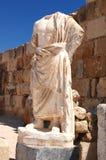 雕塑在蒜味咸腊肠的古老剧院,塞浦路斯 免版税库存照片