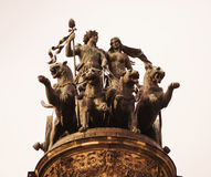 雕塑在门Semper歌剧顶部 免版税库存照片