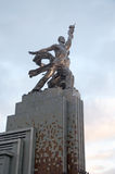 雕塑工作者和苏联的集体农庄的妇女在莫斯科 免版税库存照片