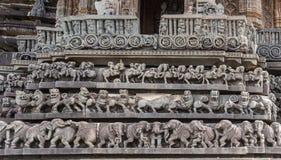雕塑带在Chennakeshava寺庙复合体的在贝鲁尔钾 免版税库存照片