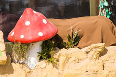 雕塑庭院的蘑菇伞形毒蕈 库存照片