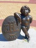 雕塑徽章克莱佩达的 小船klaipeda立陶宛meridianas多数一个可认识的s航行符号 免版税库存照片