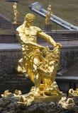 雕塑撕毁狮子的嘴的森山 盛大小瀑布的片段在Peterhof 免版税库存图片