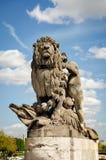 雕塑狮子由孩子操纵了在亚历山大三世桥梁 库存图片