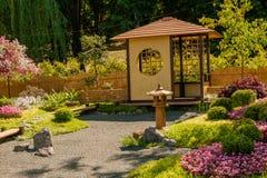 雕塑由装饰和花制成在日本式 免版税图库摄影