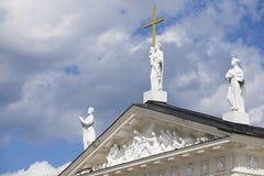 雕塑的外部在大教堂的屋顶上面的在维尔纽斯,立陶宛 库存图片