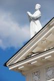 雕塑的外部在大教堂的屋顶上面的在维尔纽斯,立陶宛 免版税库存照片