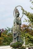 雕塑的看法在城市公园,东京,日本 复制文本的空间 垂直 库存照片