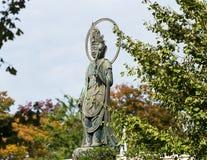 雕塑的看法在城市公园,东京,日本 复制文本的空间 免版税库存照片