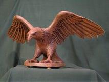 雕塑老鹰,物质树橡木 图库摄影