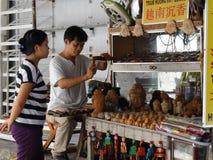 雕塑街道艺术家在会安市,越南 免版税库存图片