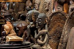 雕塑,仪式的面具在游人的礼品店 免版税库存图片