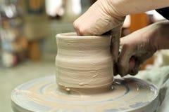 雕塑黏土 手工制造罐 E 免版税图库摄影