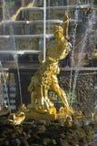 雕塑`撕毁狮子` s嘴`特写镜头的森山 peterhof 库存照片