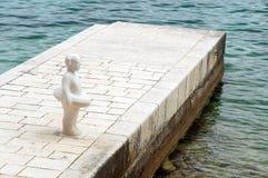 雕塑-有橡胶环的女孩在码头 免版税库存照片