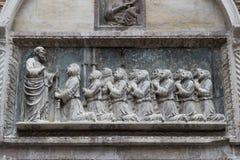 雕塑细节在Scuola重创的二圣乔瓦尼Evangelista的门面的 免版税库存照片