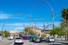 雕塑Onades波浪在送进Placaa del Carbo的安德鲁阿尔法罗在巴塞罗那和Agencia Tributaria在背景中 库存照片