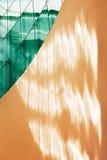 雕琢平面的绿色玻璃对墙壁 图库摄影